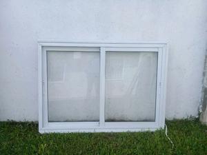 Ventana de Aluminio. Con vidrio y reja.