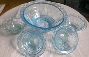 Compotera de vidrio prensado y tonalizado celeste. Vintage