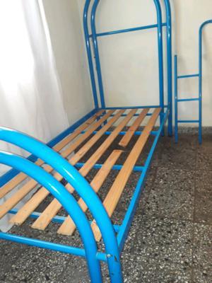 Hermosa cama de 1 plaza c escalera
