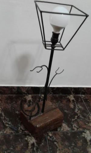 VENDO LAMPARA DE PIE, ESTILO CAMPO, LA BASE DE MADERA CON