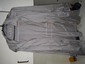 Piloto de lluvia con capucha y Cinto de algodón largo.
