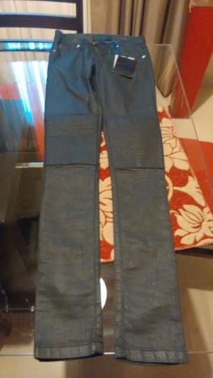Jean negro con detalles en cuero