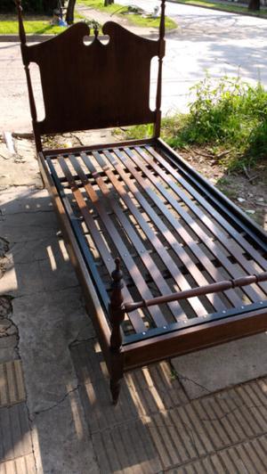Antigua cama estilo inglés de una plaza