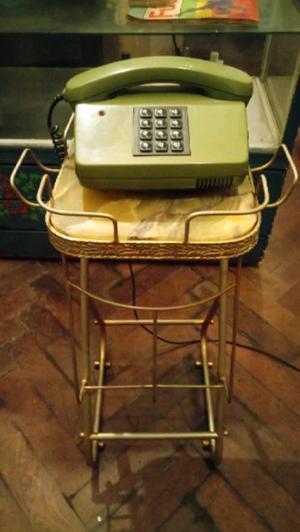 Antiguo telefono retro verde con mesa de bronce y marmol de