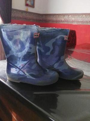 Ropa y botas de lluvia.