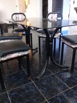 Vendo hermosa mesa de vidrio con 4 sillas