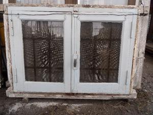 Vendo ventana de madera con reja y mosquitero