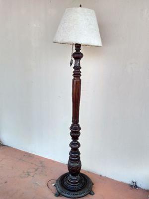 Lámpara pie. De madera y bronce. Impecable.