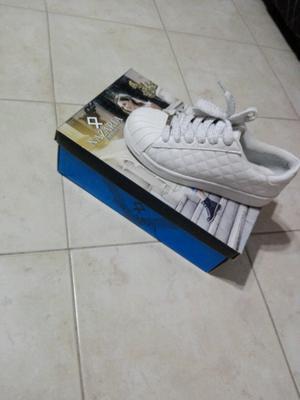Zapatillas Nazaria blancas de cuero número 36 dos usos