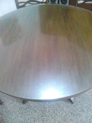 mesa redonda de madera, lustrada con vidrio