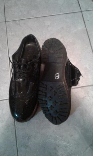 Zapatos de charol nuevos