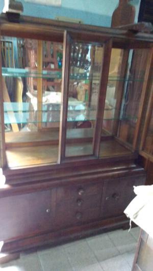 Antigua vitrina de estilo en madera de cedro