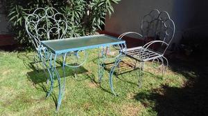 vendo mesa y 2 sillas metalicas