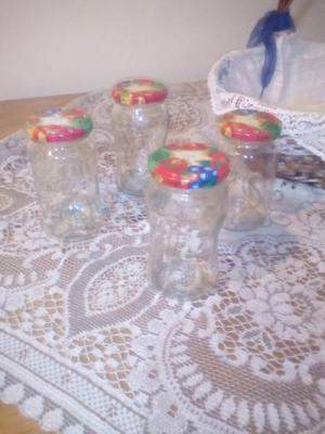 35 frascos de vidrio con tapa.