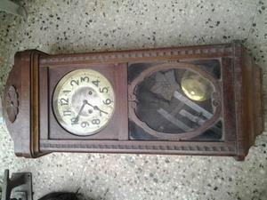 Reloj de pared antiguo con péndulo a reparar