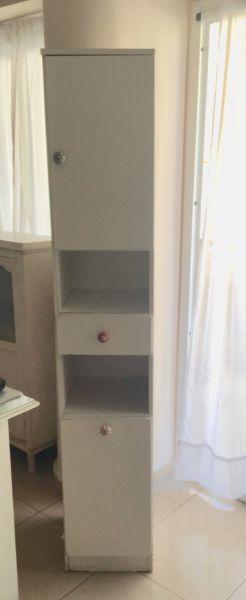 Mueble esquinero con tiradores de ceramica