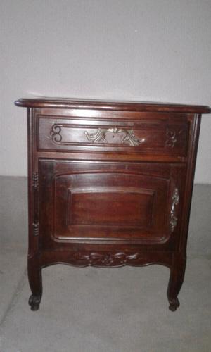 Mesa de luz antigua con herraje de bronce