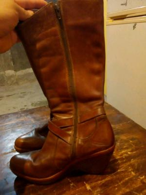 Vendo botas de cuero marca batistela color marrón muy bue