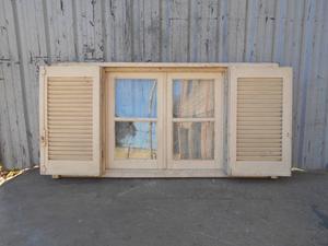 Dos antiguas ventanas de madera en cedro con celosías