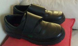 Zapatos Kickers de cuero negros numero 39 con abrojo.
