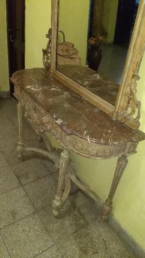 Recibidor antiguo con elpejo y marmol