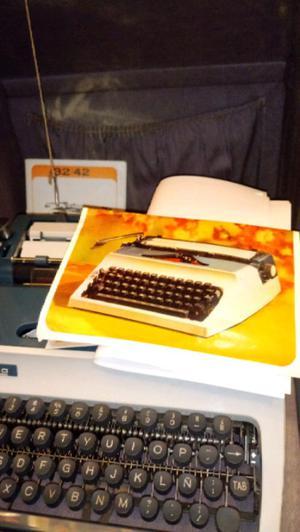 Antigua maquina de escribir portátil erika 42 con llave