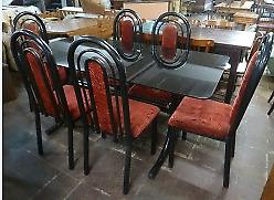 Lindo juego de comedor con 6 sillas tapizadas en rojo y mesa