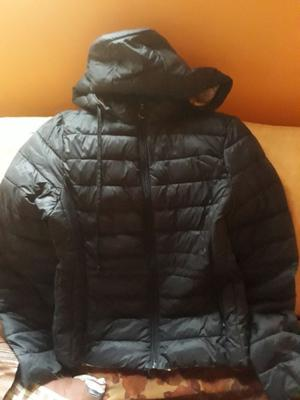 Vendo campera negra talle 2 con capucha desmontable