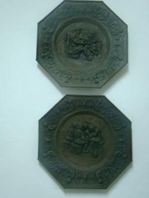 2 platos de metal antiguos para colgar