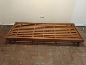 Cama de madera de una plaza usada