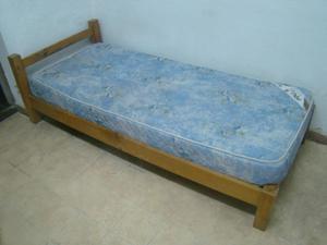 dos camas de madera de 1 plaza con colchón de espuma