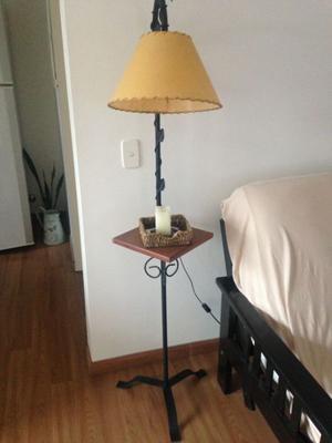 Lámpara de hierro y madera