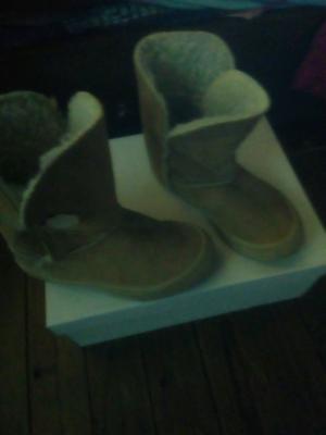 SANDALIAS. Botas gamuza y botas de lluvia