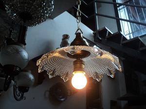 Antigua lámpara colgante de vidrio prensado y bronce.