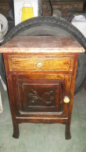 Mesa de luz antigua con tapa de mármol