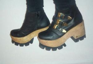 Vendo zapatos negros con plataforma de madera y ebillas.