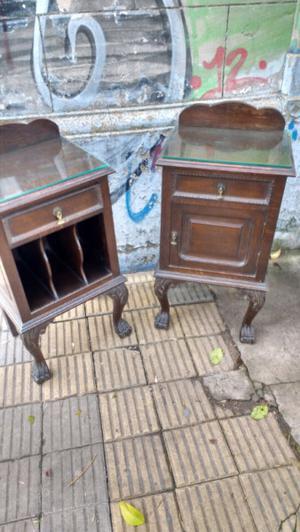 Antiguas mesas de luz estilo chipendal en roble
