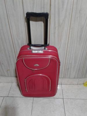 Valija color roja con manija extensible y rueditas