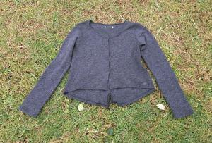Sweater campera mujer. Tejida. Color gris. Usada