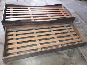 cama de una plaza con carro marinero de madera