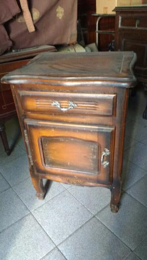 Antigua mesa de luz de estilo provenzal