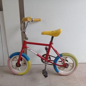 Bicicleta y triciclo para niños.