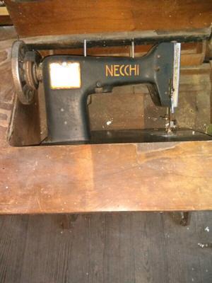 Maquina de coser antigua con pie de hierro