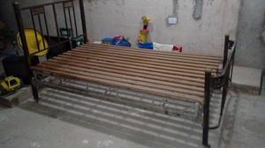 Se vende cama de bronce de una plaza y media