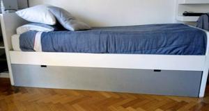 Cama de una plaza laqueada con cama abajo.