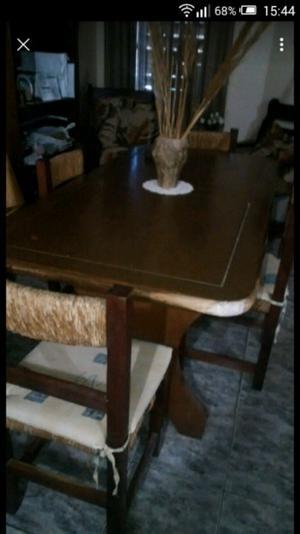 Mesa de madera y 4 sillas.