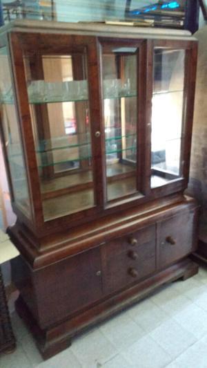 Antigua vitrina de estilo en cedro