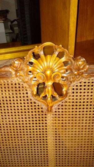 Cama. Una plaza de estilo con esterilla tallada