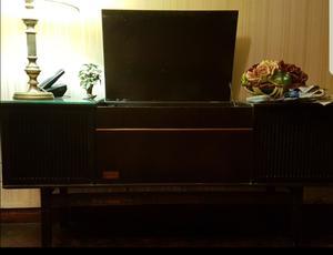 Combinado de toca disco y radio antiguo