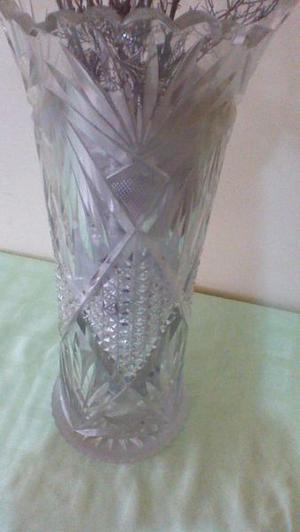 Florero de cristal tallado.